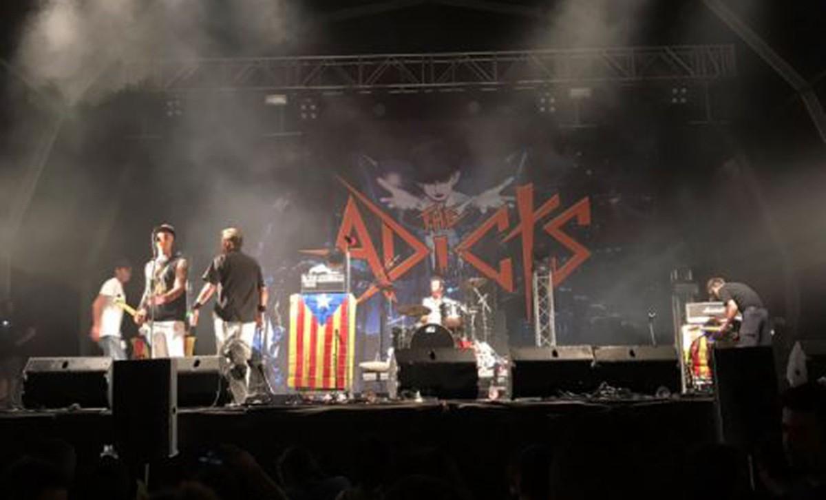 La banda britànica The Adicts, amb les estelades de fons