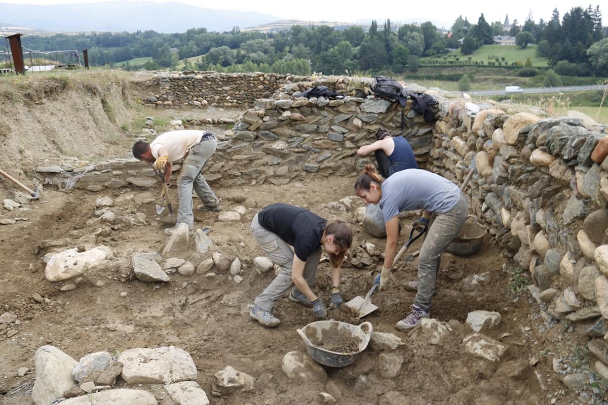 En la imatge un pla general del arqueòlegs treballant en una zona del jaciment. Imatge del 11 de juliol de 2017.