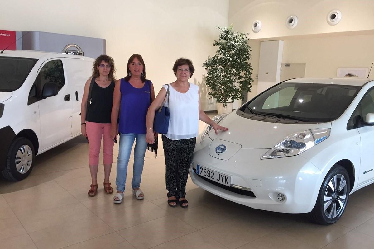 Els representants de la Diputació de Girona amb el Nissan Leaf