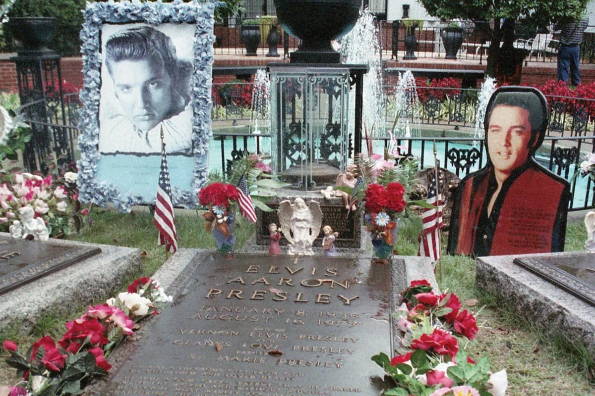 Detall de la tomba d'Elvis Presley a Graceland