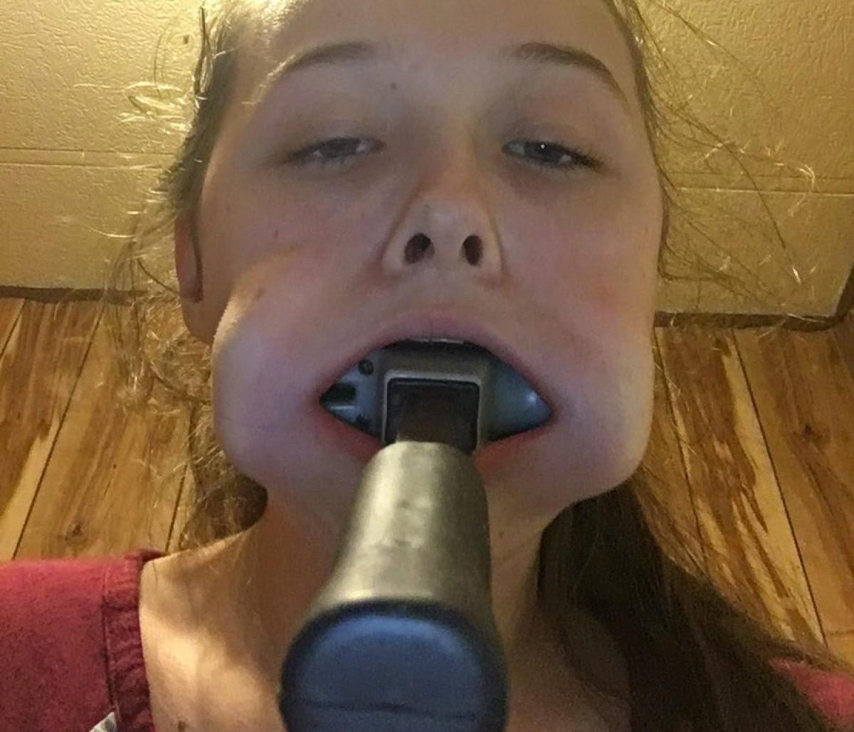 Kaley, amb el martell a la boca.