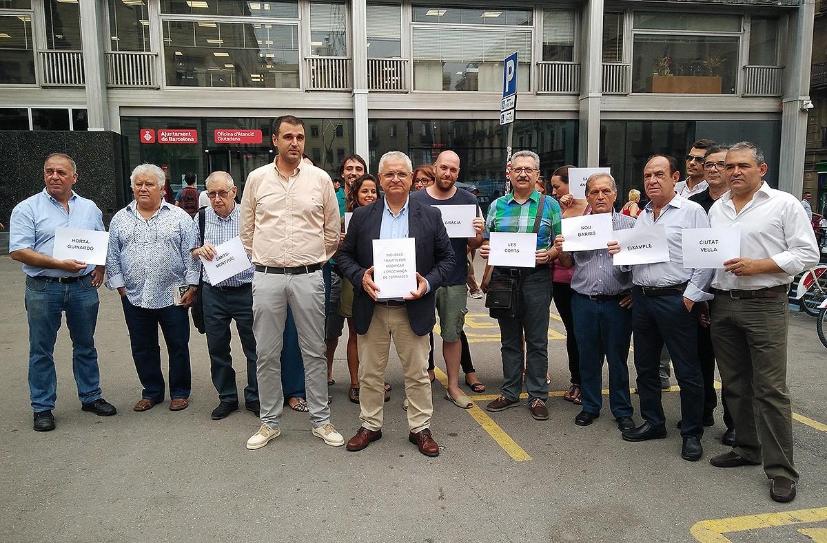 Els restauradors després de presentar la iniciativa sobre terrasses