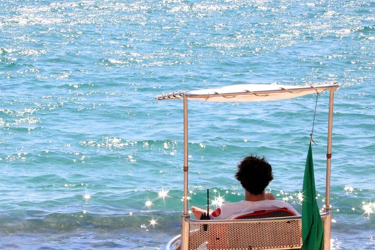 Un socorrista vigilant la platja de Sant Pol de S'Agaró