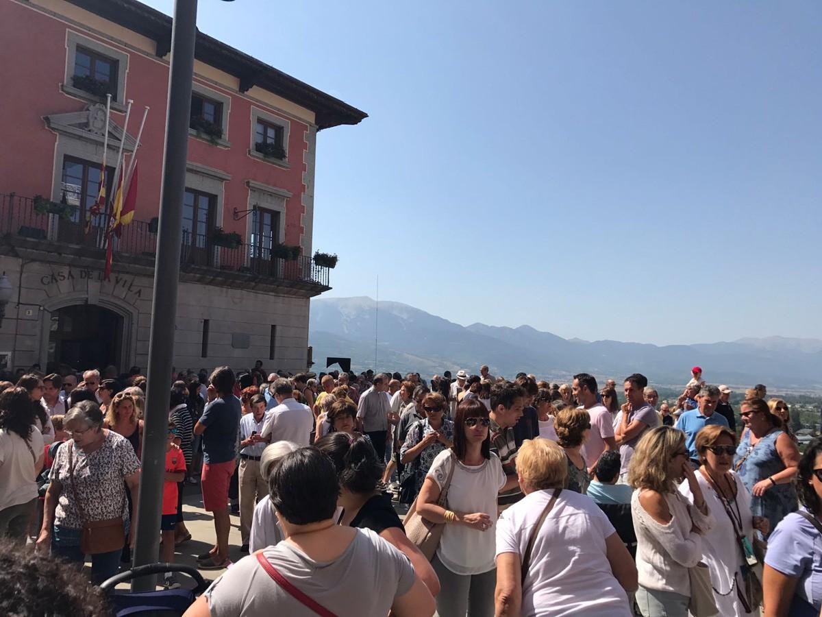 Veïns congregats en solidaritat amb les víctimes aquest migdia a Puigcerdà
