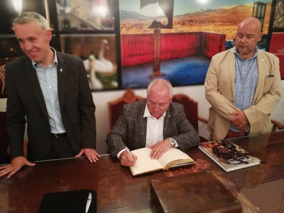 El conseller de Cultura signa el llibre d'honor de Puigcerdà, acompanyat d'Albert Piñeira i Elies Nova