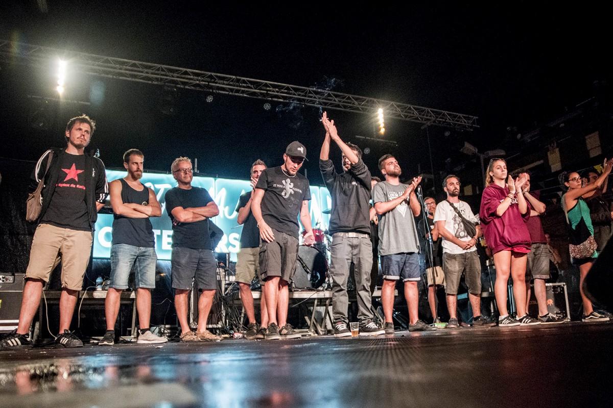 Itaca Band i alguns músics convidats després d'aturar el concert a la primera cançó