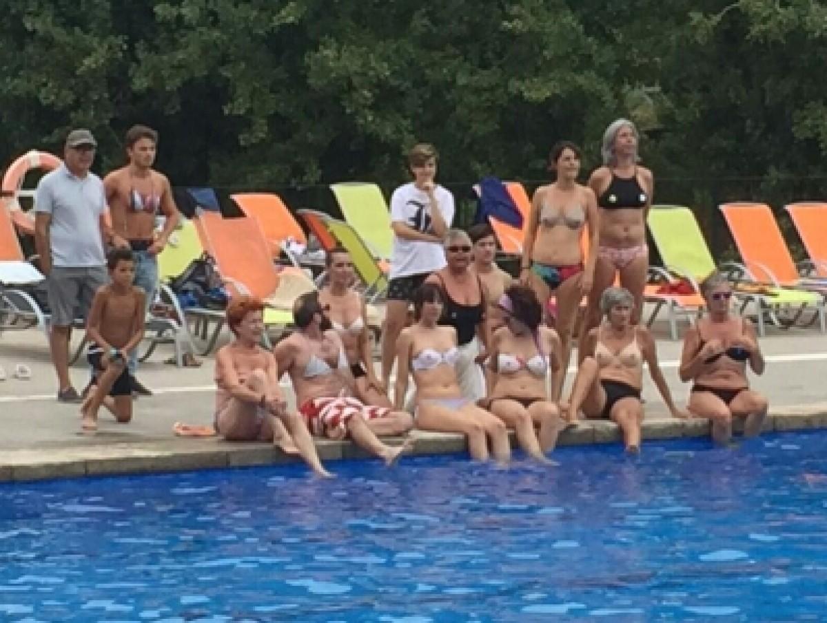 Protesta a la piscina de l'Ametlla del Vallès per reivindicar el «topless»