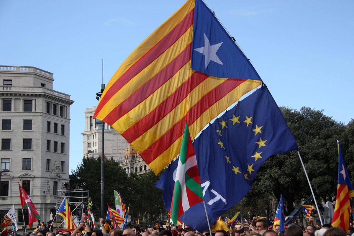Banderes estelada i europea, en una manifestació de la Diada.