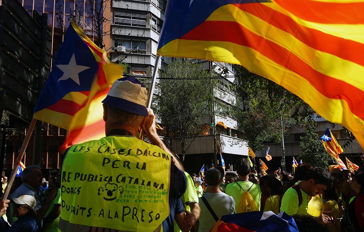 Manifestants de les Cases d'Alcanar als trams ebrencs de la gran X que ha protagonitzat la Diada Nacional d'este 2017.