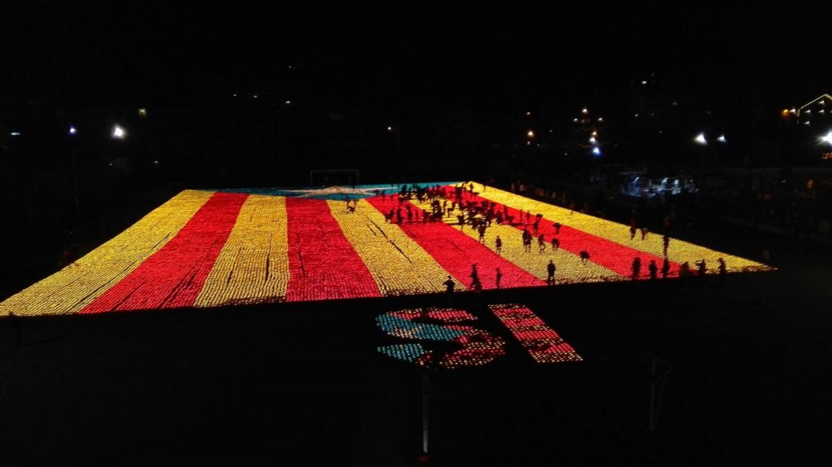De rècord Guinness: l'estelada de 81.000 espelmes feta ahir nit al camp de futbol de Llívia