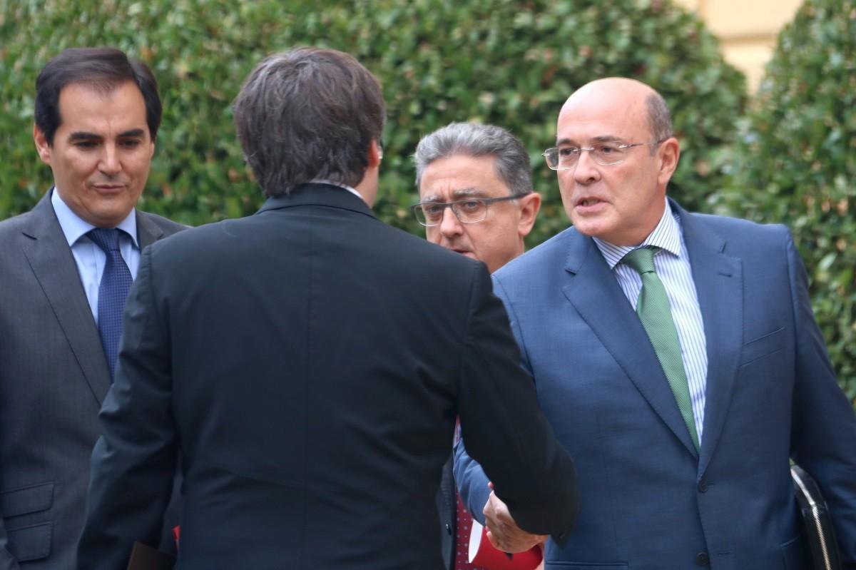 De los Cobos saluda Puigdemont abans de l'1-O.