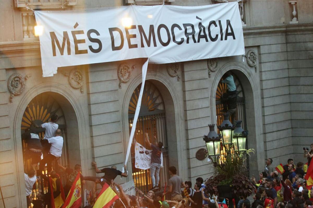 Ultres assaltant la façana de l'Ajuntament de Barcelona