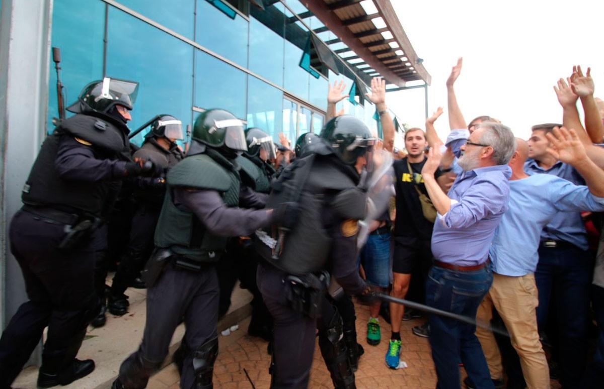 Pocs minuts després de l'obertura del pavelló firal, han aparegut grups d'antiavalots de la Guàrdia Civil i han carregat contra la gent