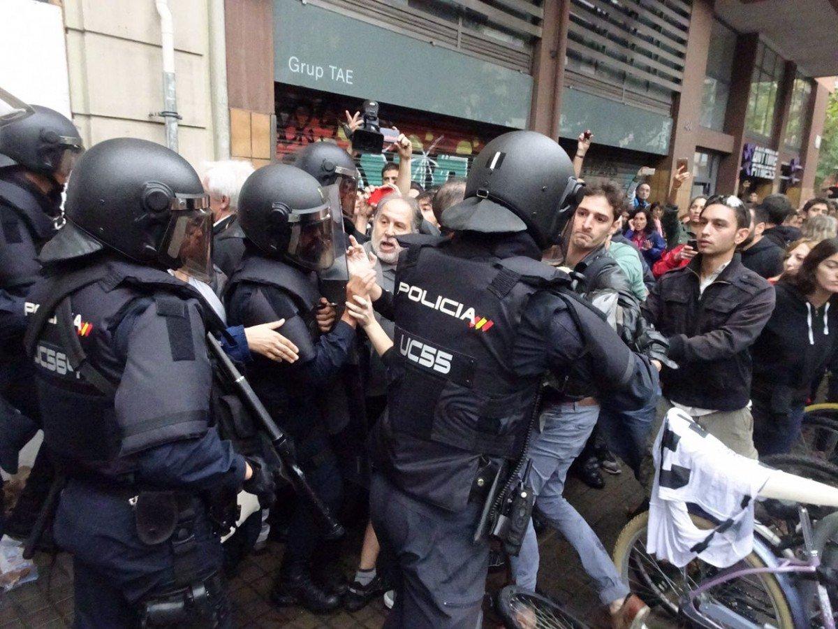 La Policia Nacional espanyola desallotjant un col·legi a Barcelona el dia 1 d'octubre