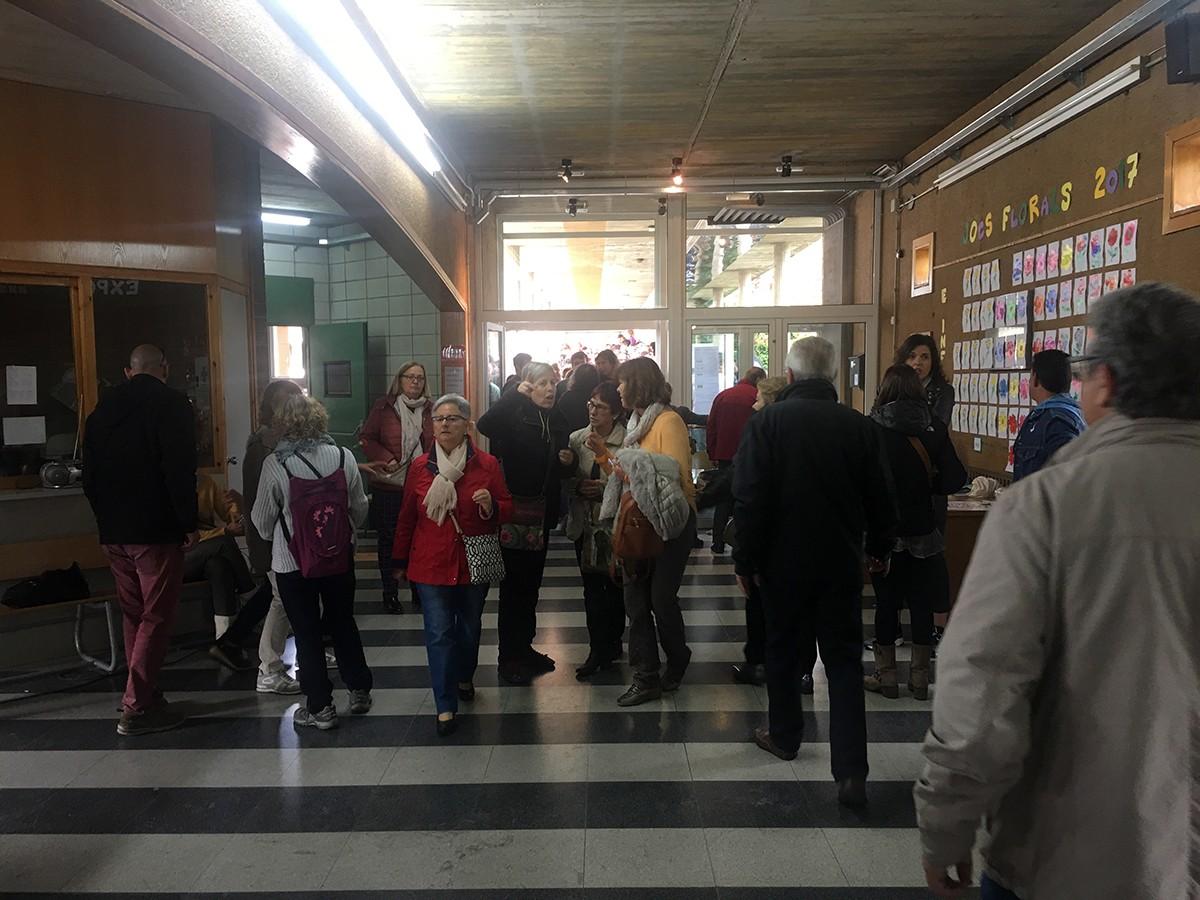 Llargues cues per votar a Puigcerdà. Es deixa accedir a les urnes en grups de 20 persones