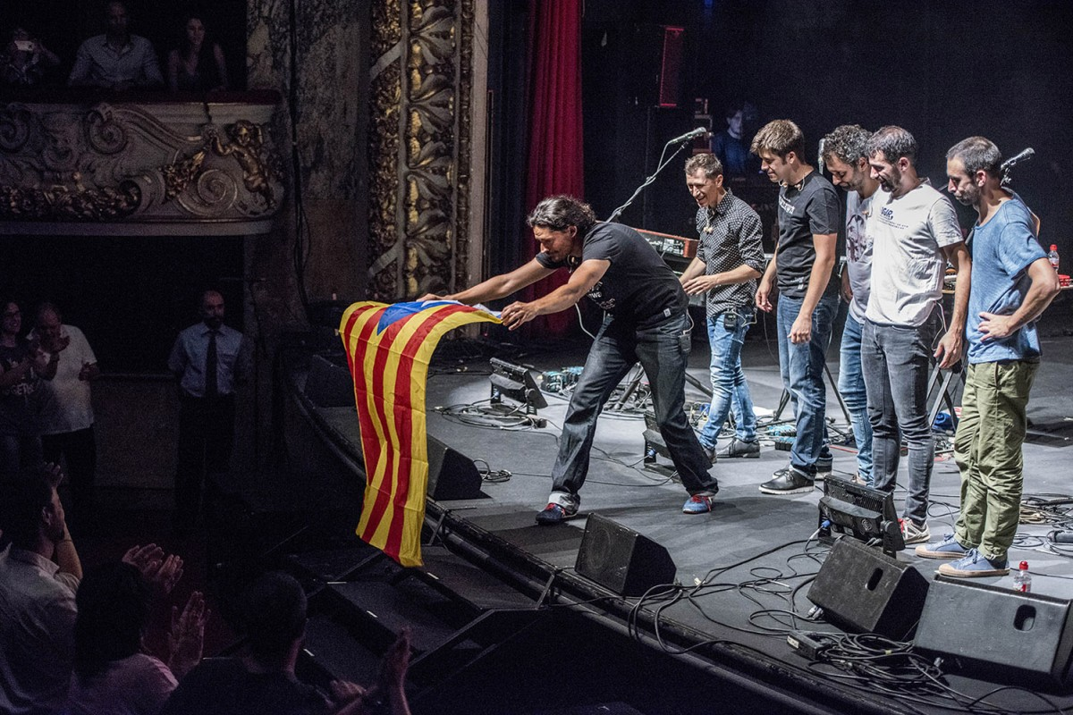 Els Amics de les Arts mostren una estelada al Teatre Tívoli el vespre abans de la votació