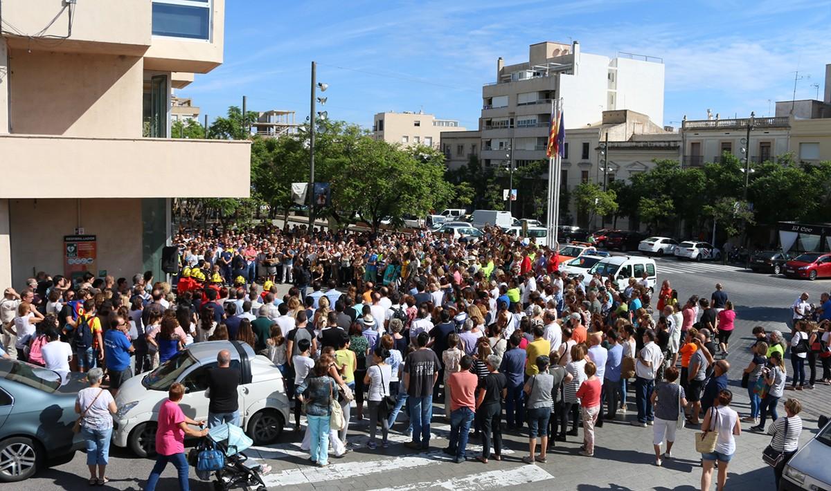 Centenars de veïns s'han concentrat a les 12 del migdia davant l'ajuntament de la Ràpita per rebutjar la brutalitat policial de l'1 d'octubre.