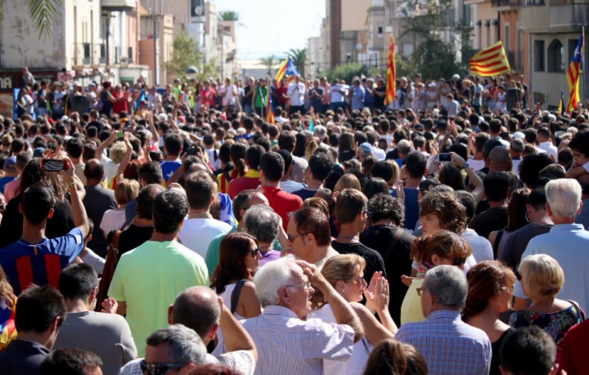 Milers de persones de la Ràpita i pobles veïns s'han concentrat a la plaça del Cóc per rebutjar les càrregues policials de diumenge en esta jornada d'aturada general.