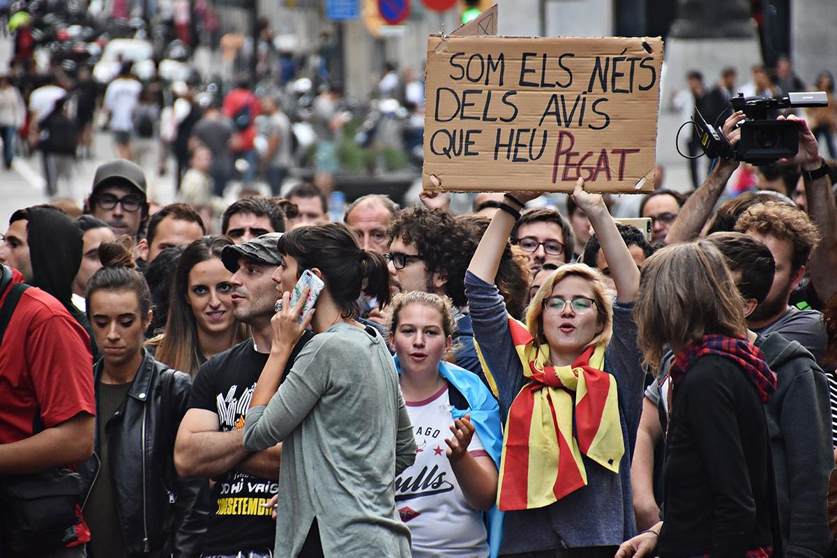 Manifestació davant la seu de la policia espanyola a Barcelona