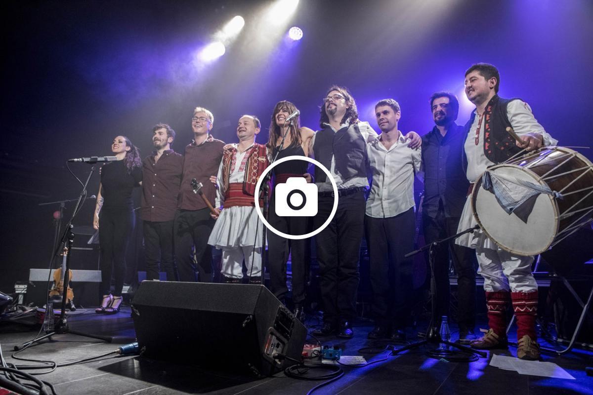L'artista es va acompanyar de músics folklòrics de Macedònia i d'altres del Taller de Músics