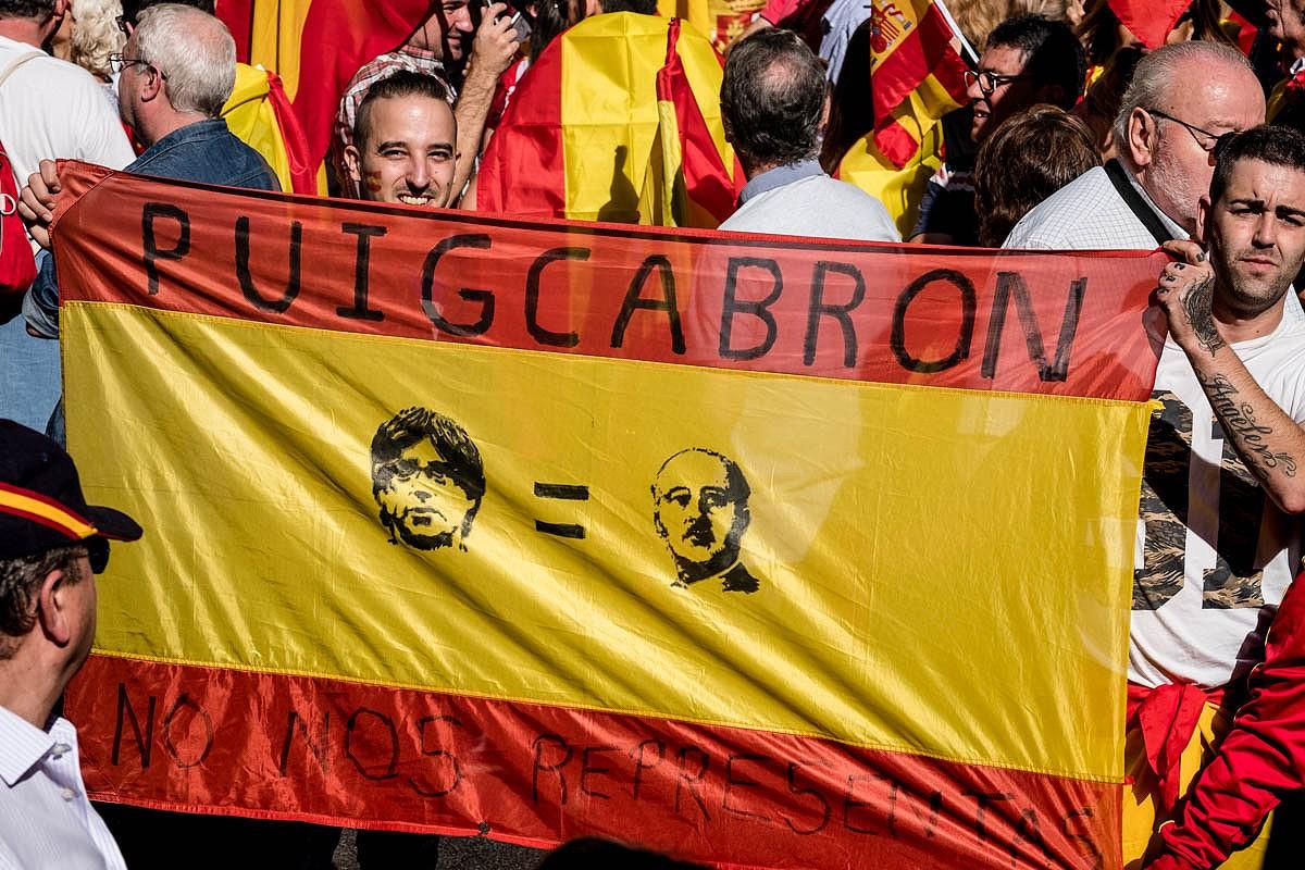 Una bandera amb un missatge contra Puigdemont