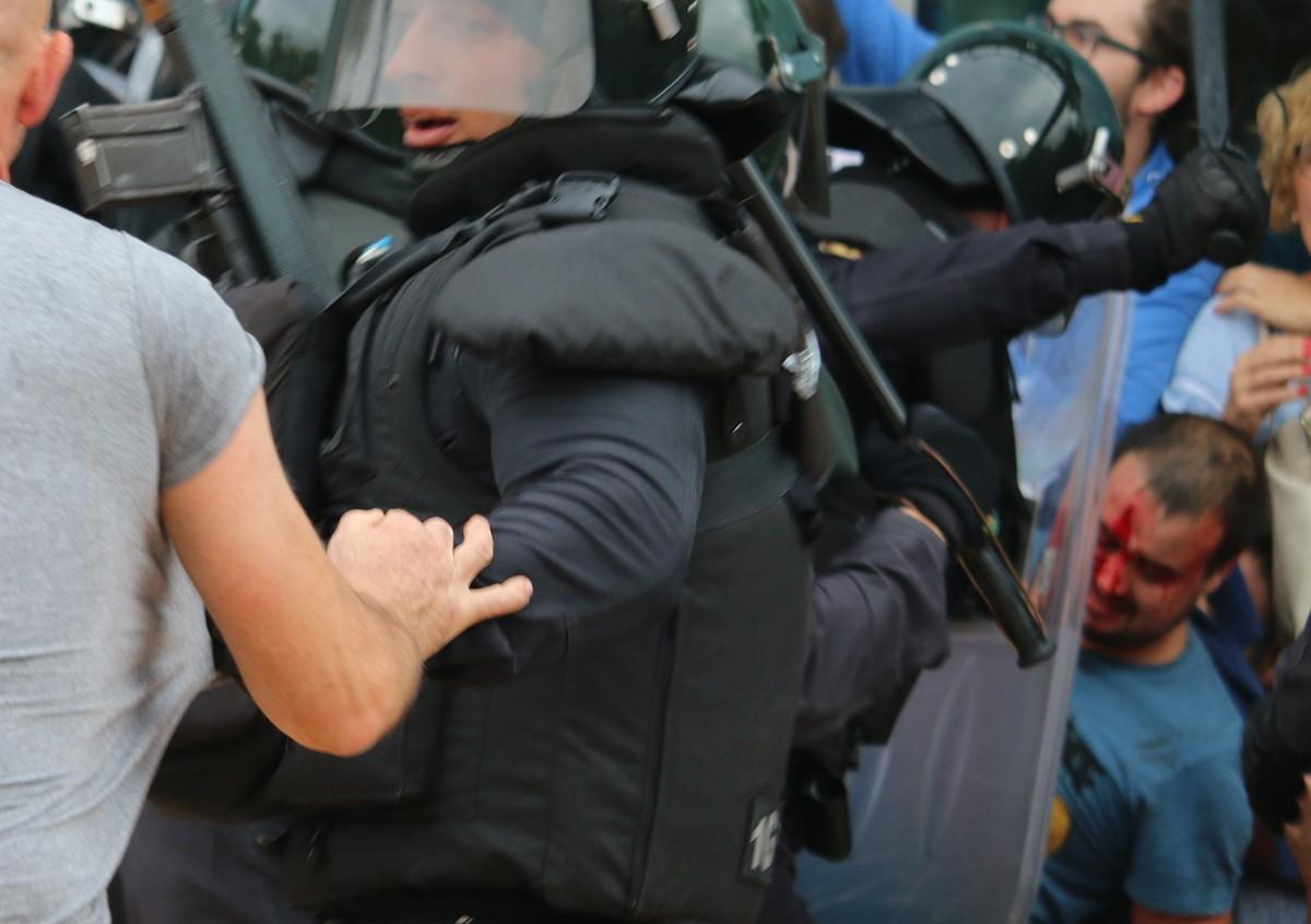Càrrega dels antidisturbis davant del pavelló firal de la Ràpita.