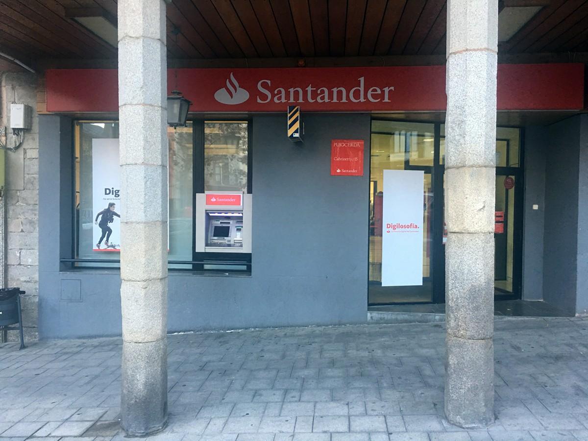 Els Mossos investiguen un robatori en aquesta sucursal del Banc Santander a Puigcerdà