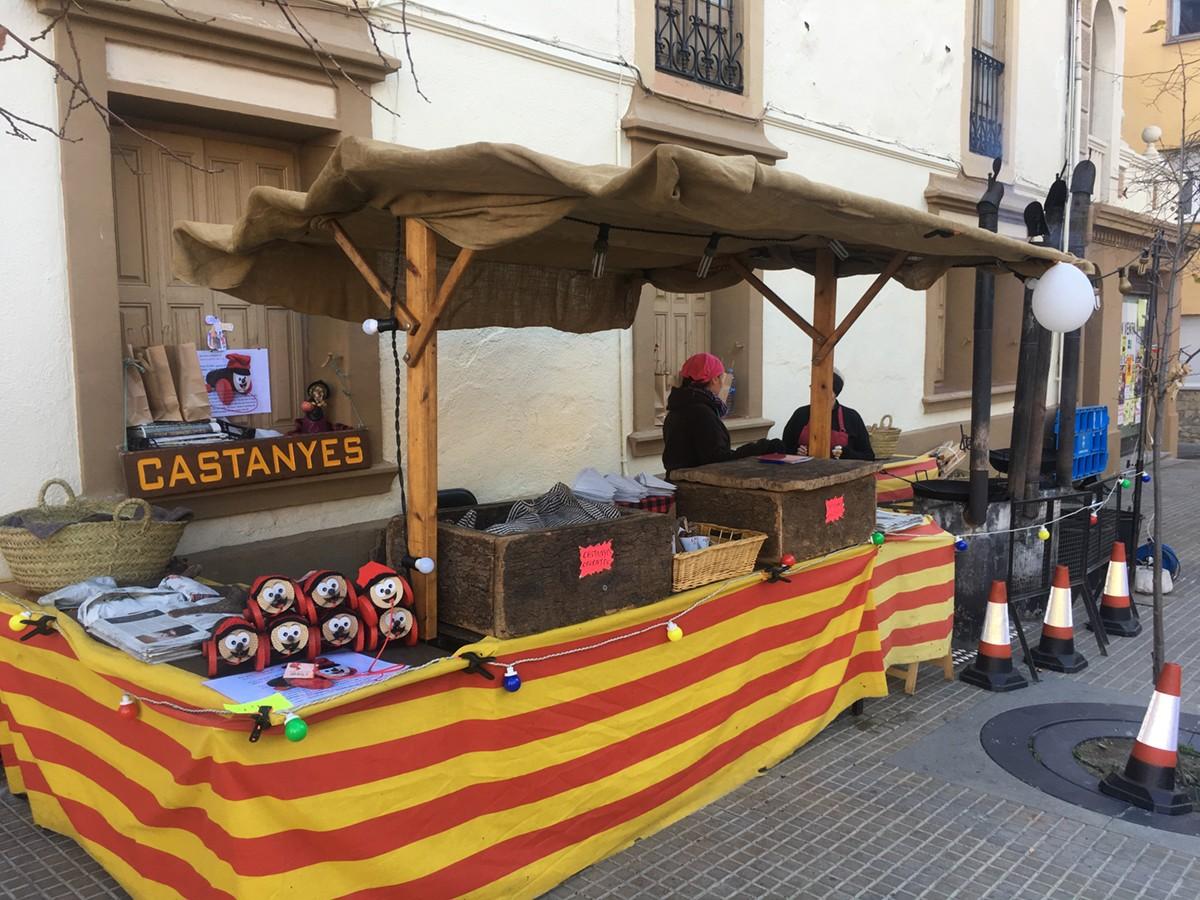 Parada de venda de castanyes a la plaça de Santa Maria de Puigcerdà
