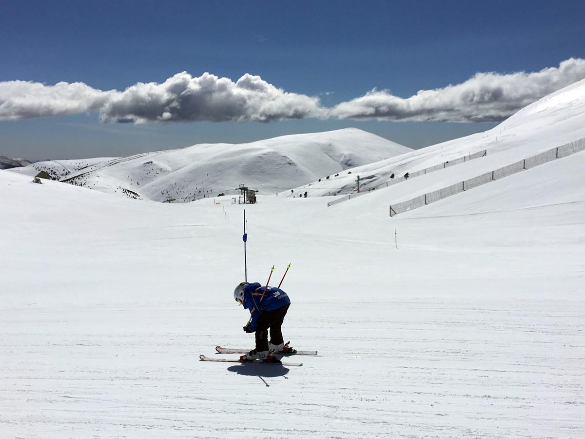 Un esquiador per la pista Dues estacions de La Molina