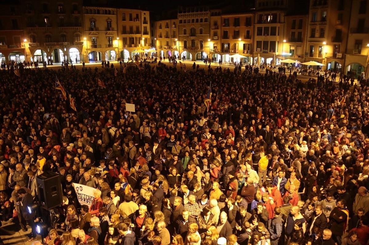 La plaça Major de Vic, plena de gom a gom per exigir la llibertat dels presos polítics.