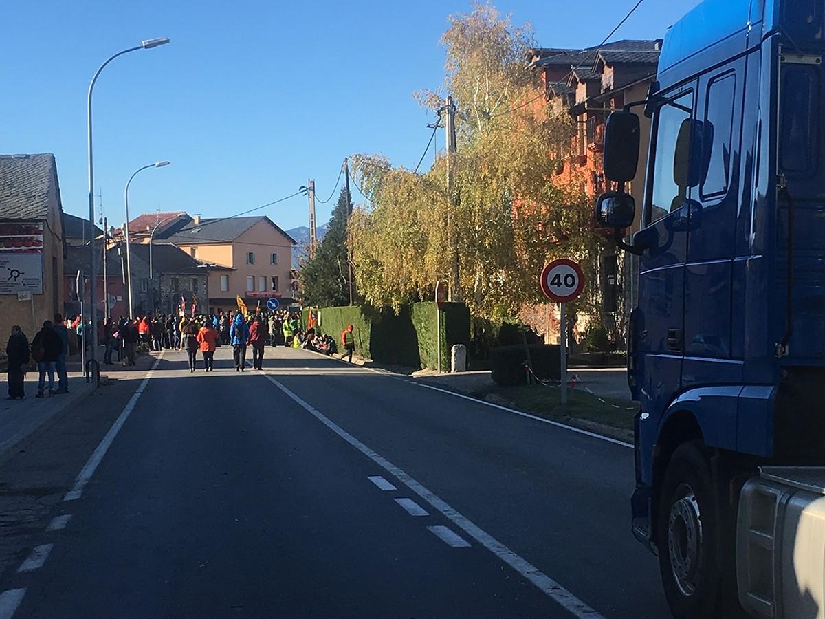 La patrulla dels Mossos escortant el vehicle que s'ha vist implicat amb un incident amb els manifestants