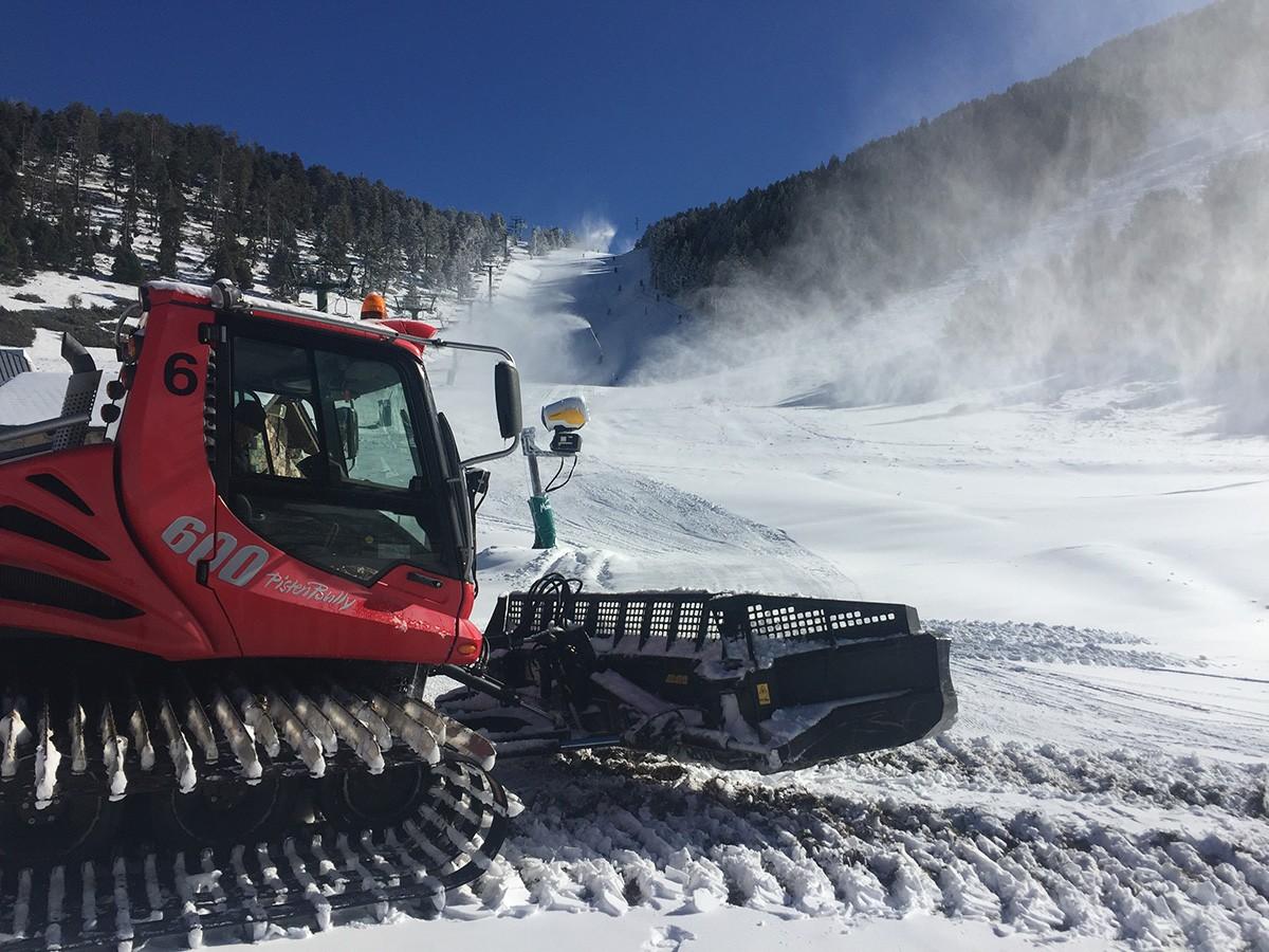 Imatge d'avui a Masella, que obrirà demà divendres i serà la primer del Pirineu en fer-ho