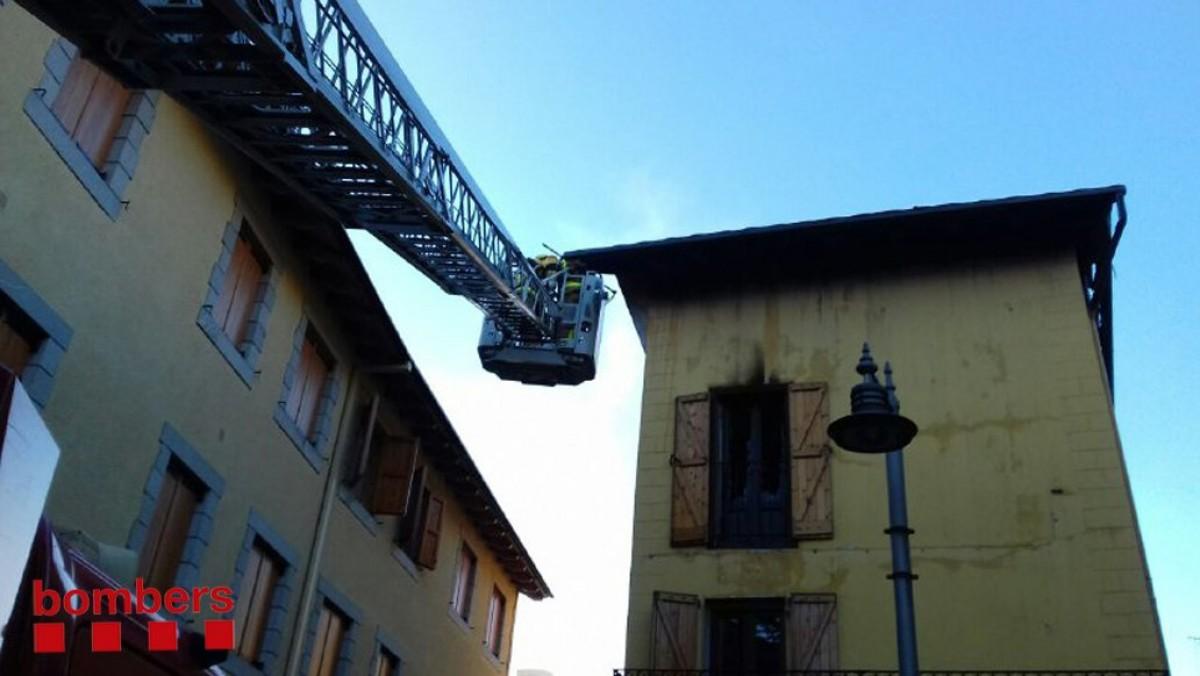 Incendi en una casa del carrer Forns 33 de Llívia