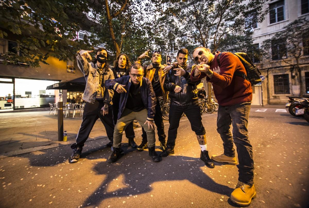 P.A.W.N. Gang posant al carrer