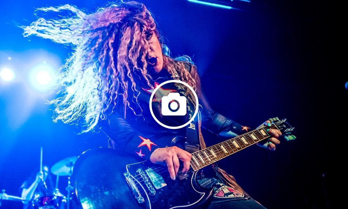 La guitarrista Ruyter Suys del grup d'Atlanta Nashville Pussy