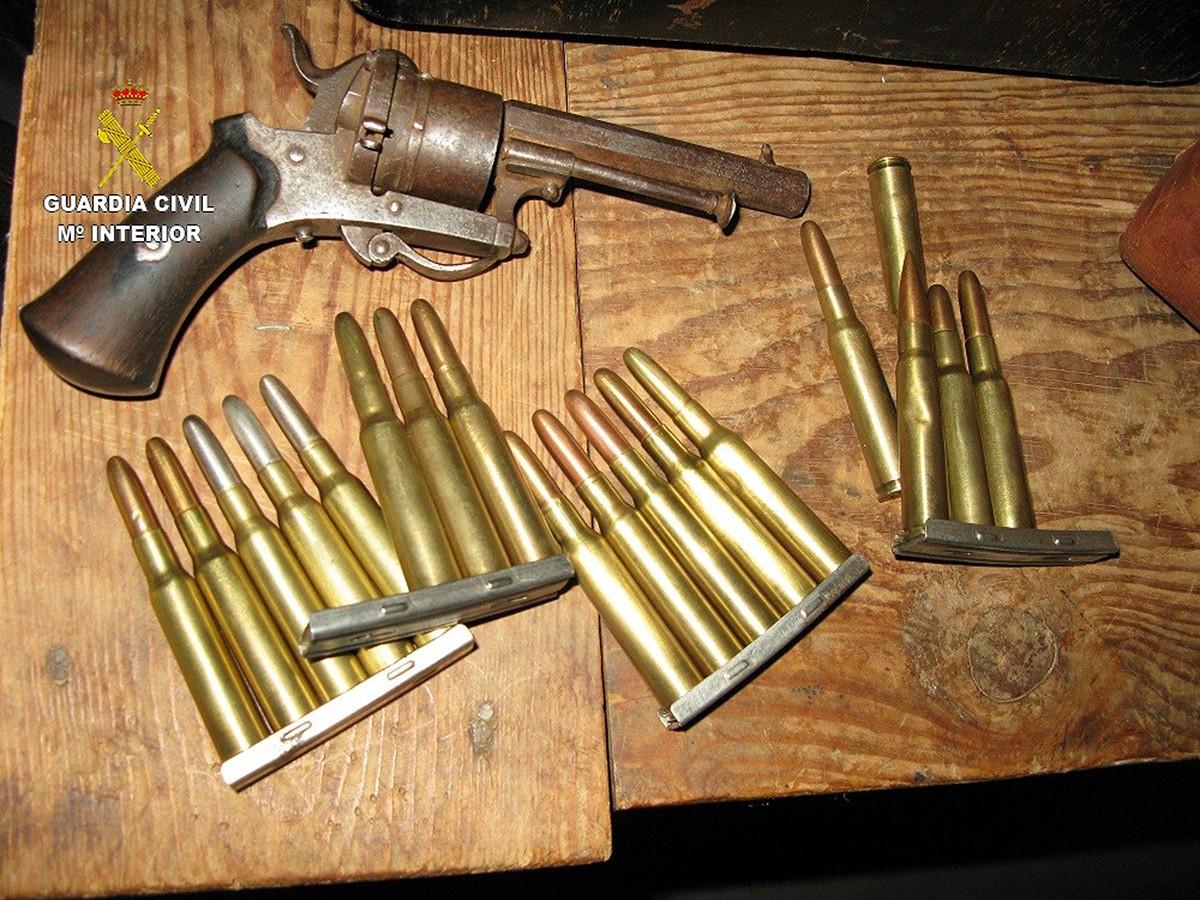 El revòlver i la munició que la Guàrdia Civil ha comissat al Museu Etnològic de Llívia (Cerdanya) aquest 22 de novembre del 2017. Pla detall.