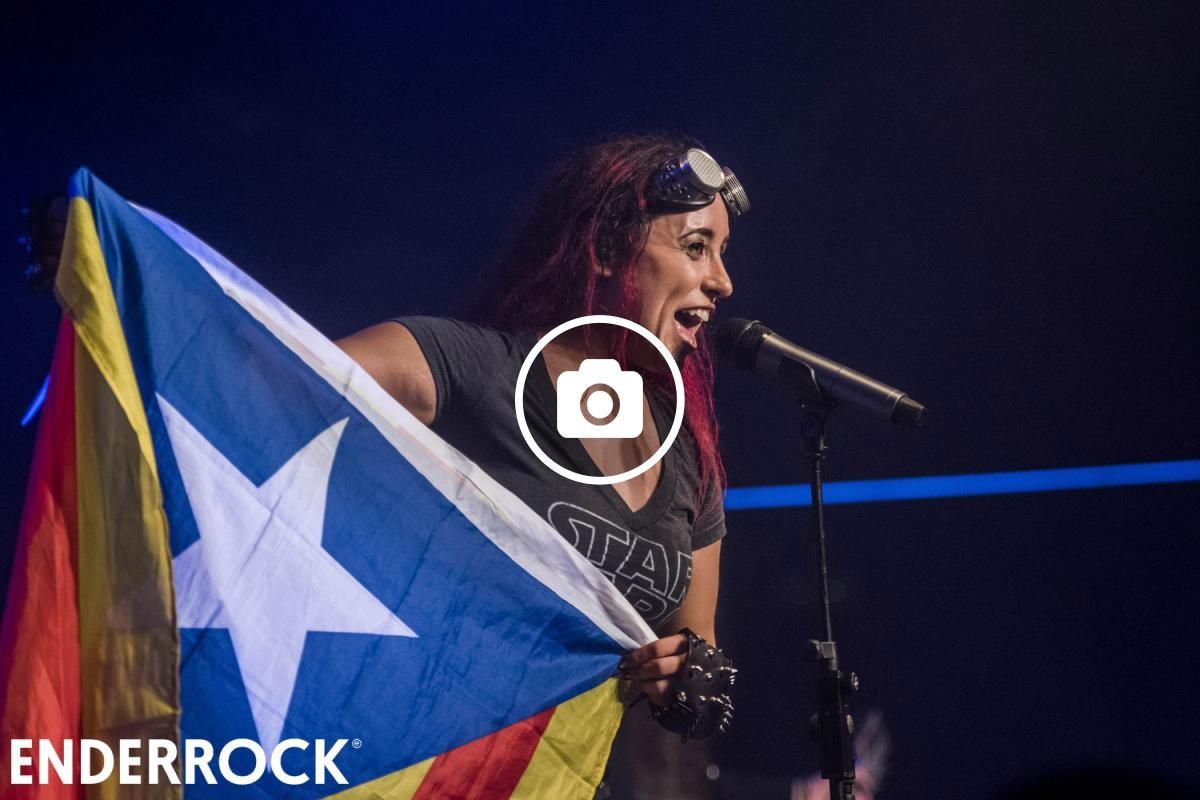 La cantant Nina Osegueda amb una estelada al concert de la sala Razzmatazz II