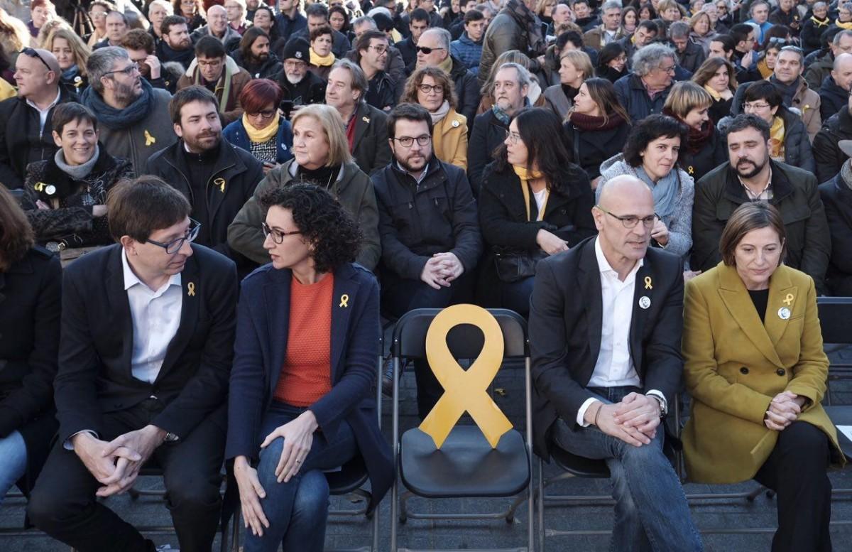 Llaç groc a la cadira que hauria d'ocupar Oriol Junqueras