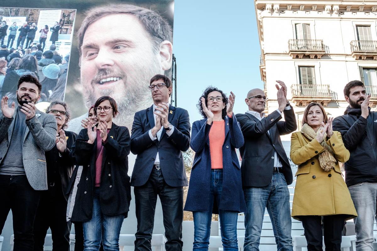 Marta Rovira, envoltada d'altres candidats d'ERC, en el multitudinari míting central de campanya d'ERC.