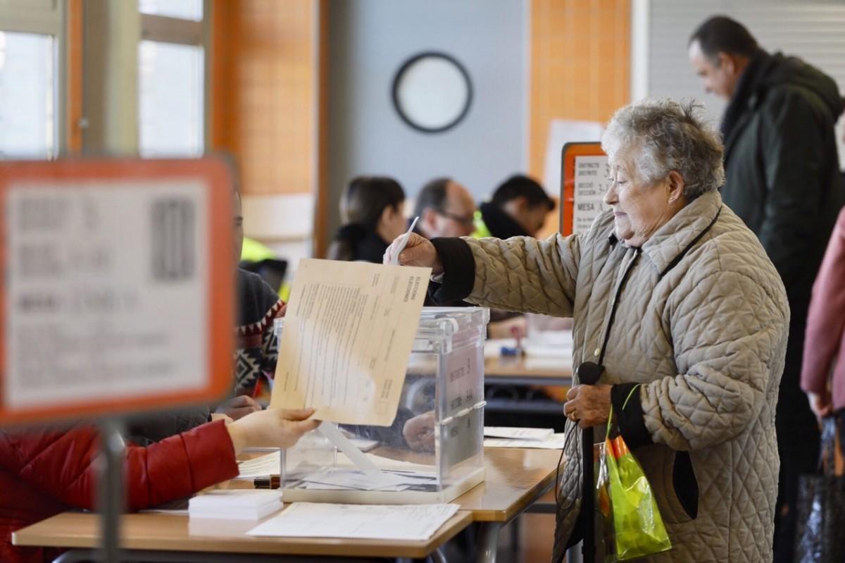 Una dona votant en un col·legi del nord de Sabadell