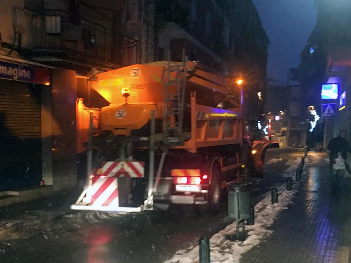 Un llevaneus circulant pel carrer Alfons I de Puigcerdà aquesta tarda