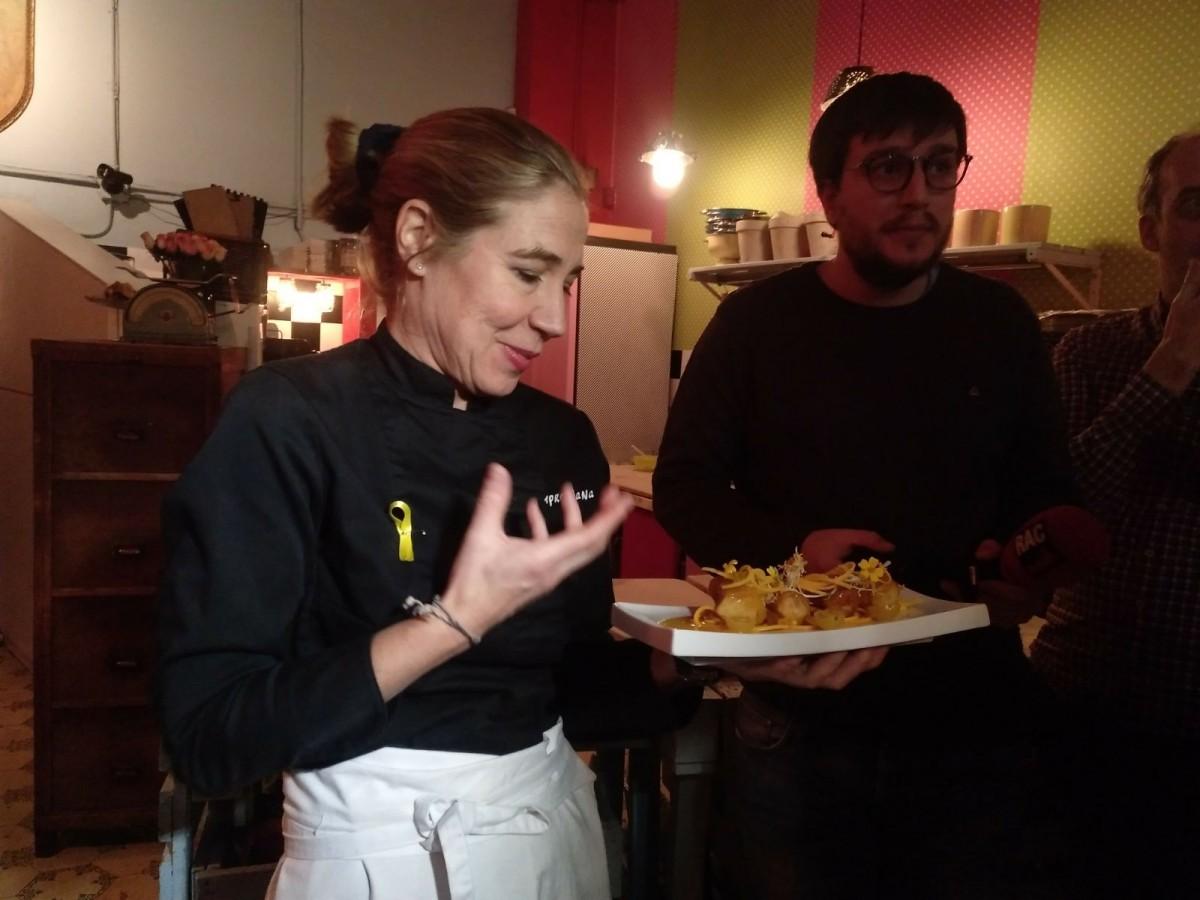 La cuinera Ada Parellada ensenyant un dels plats d'un sopar solidari