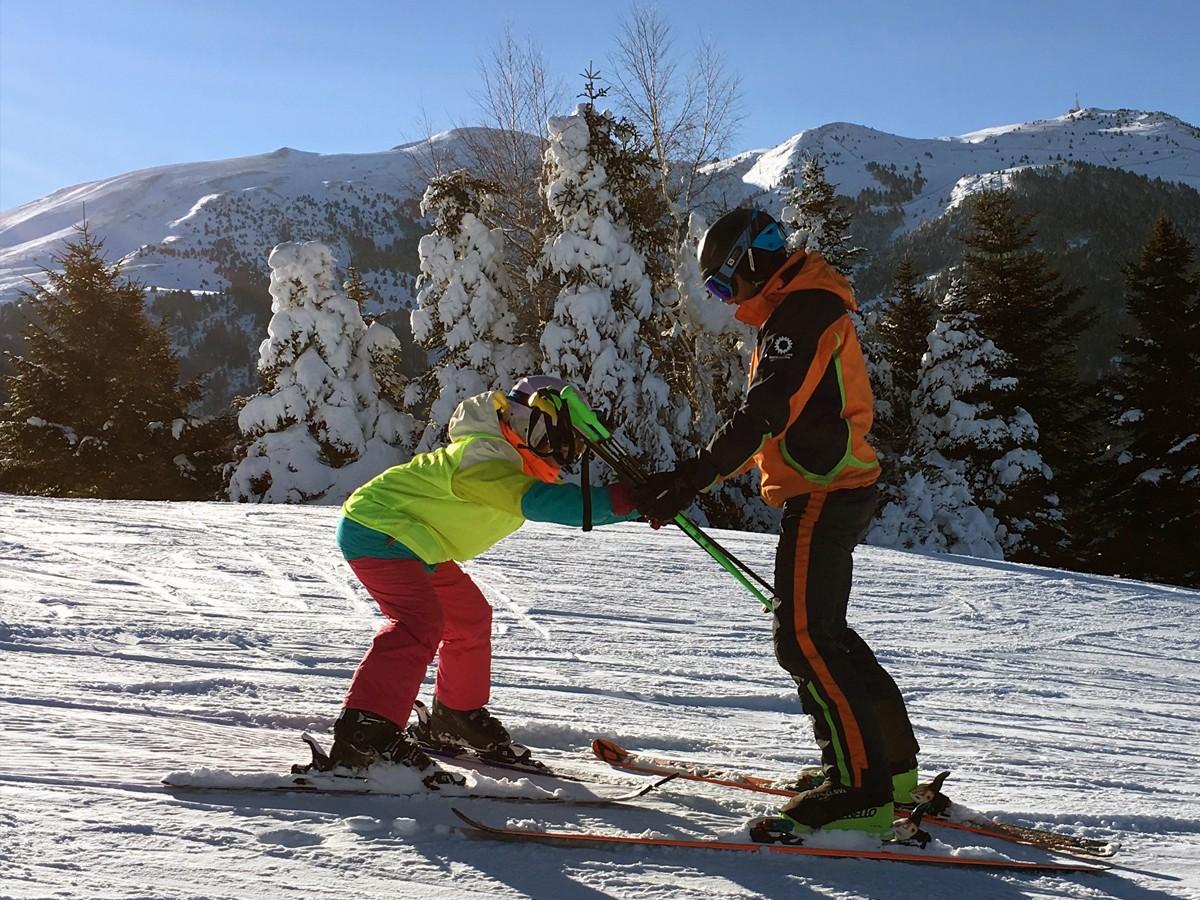 Alumne i professor en una classe d'esquí a Pista Llarga de La Molina