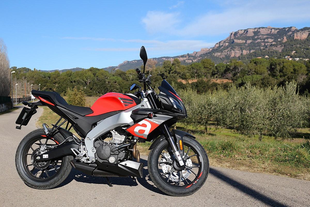 L'Aprilia Tuono 125 te tot l'aspecte de moto gran