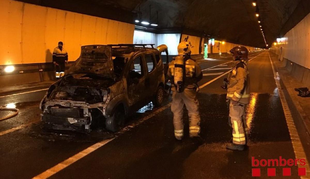 El cotxe incendiat a l'interior del Túnel del Cadí.