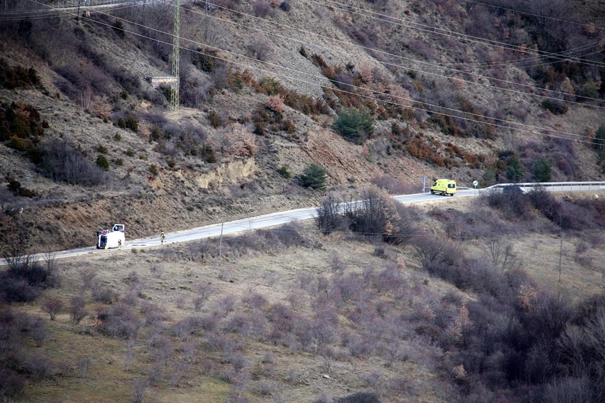 El camió que transportava gas propà bolcat a la GIV-4082 al seu pas per Alp
