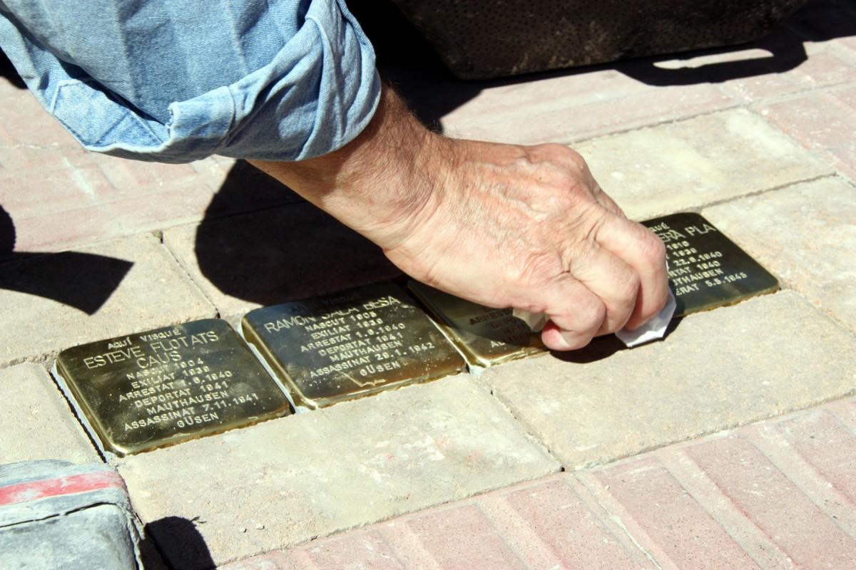 Gunter Demnig, que les va crear, col·loca personalment les plaques Stolpersteine.