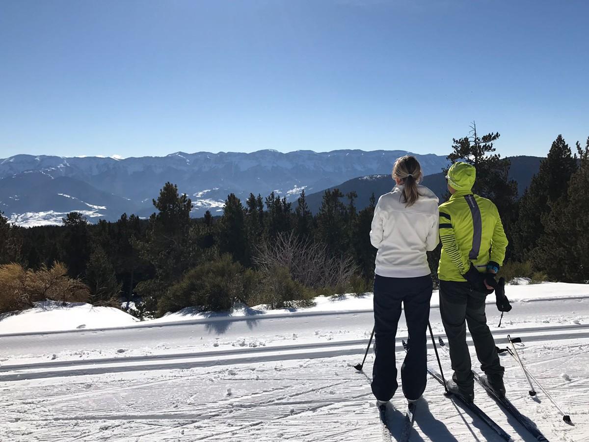 Dos practicants d'esquí nòrdic aquest cap de setmana observen la serra del Cadí