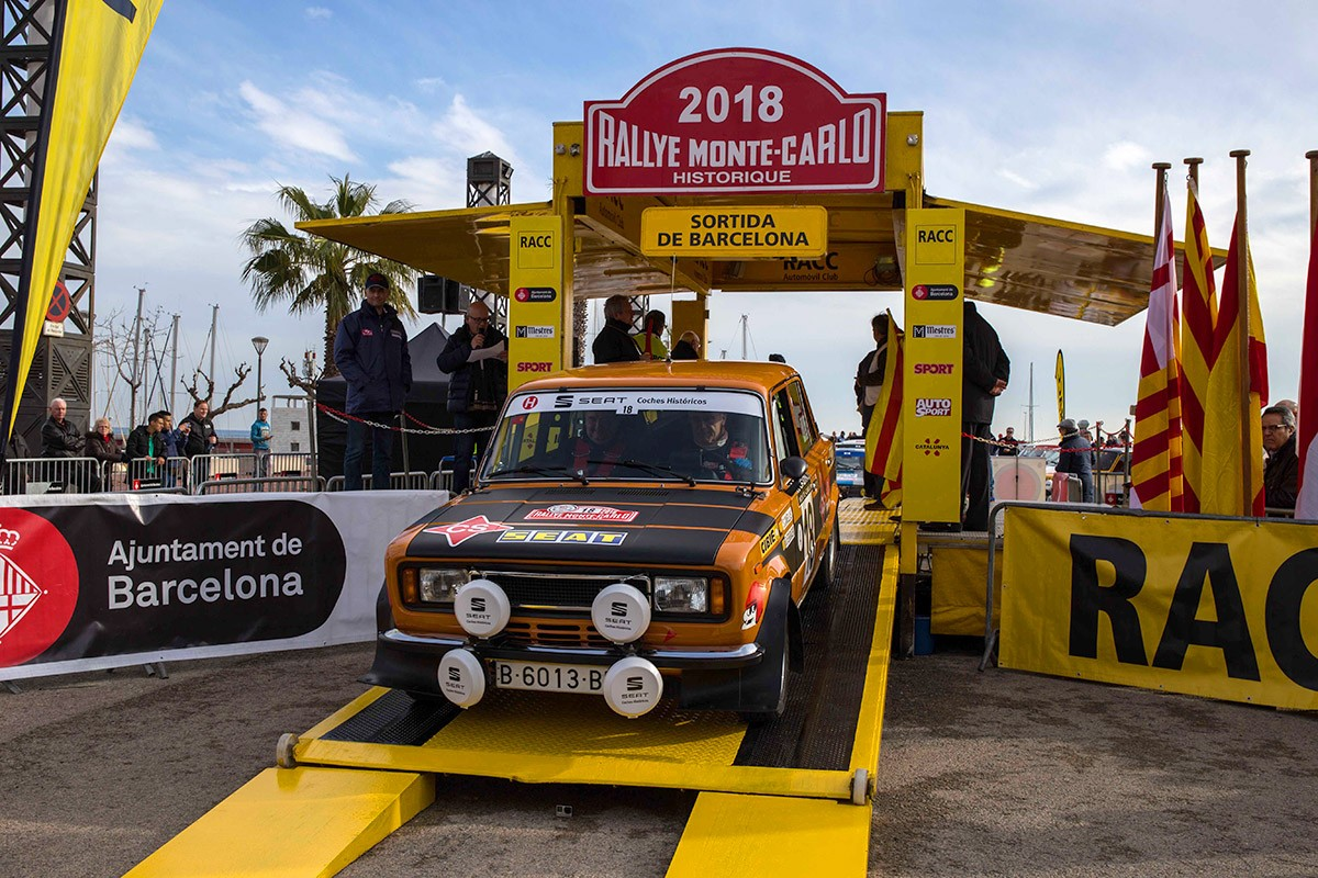 Cañellas-Sabater amb el seu SEAT 124 al podi de sortida