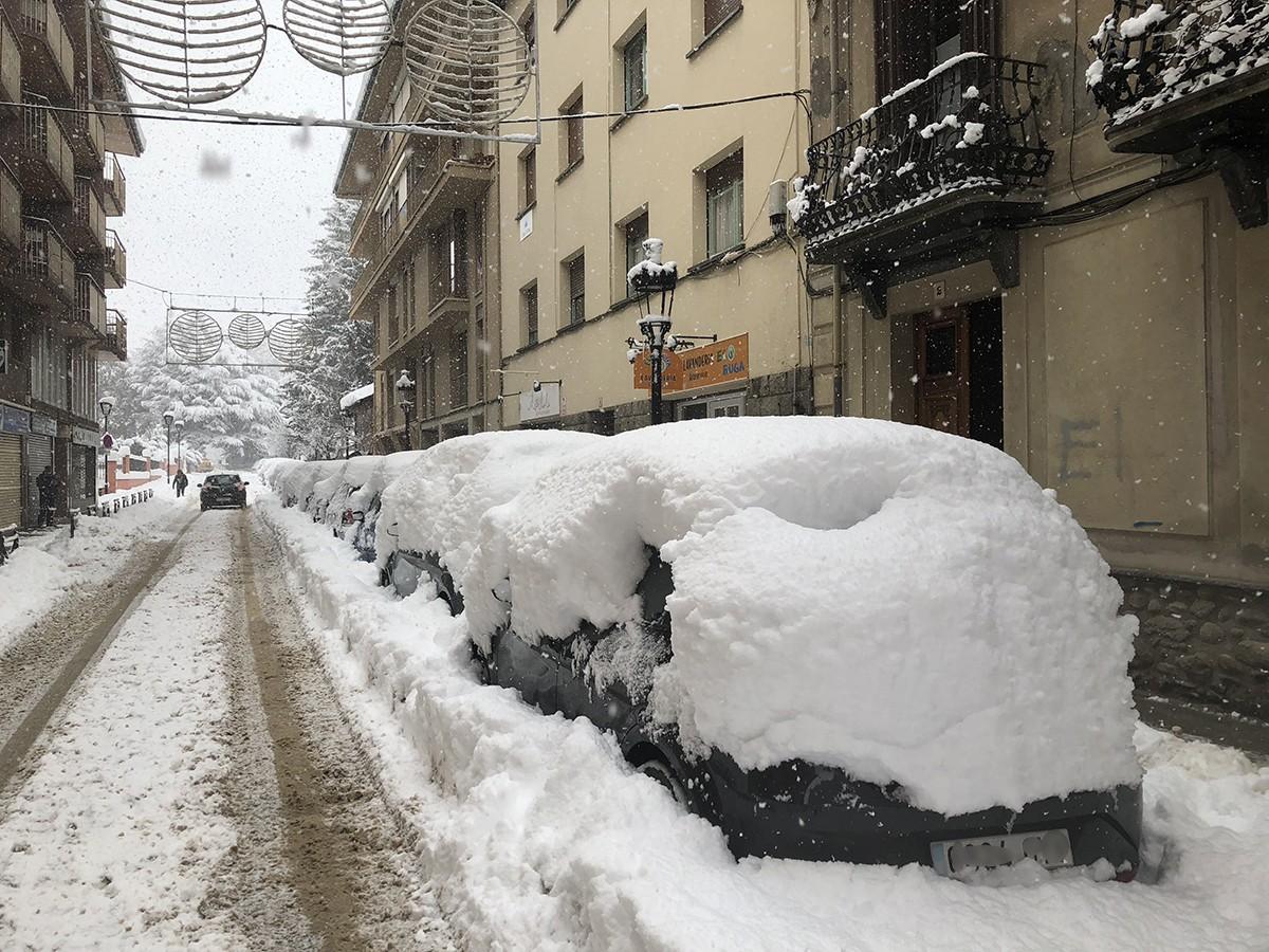 Així estava el carrer Pons i Gasch del centre de Puigcerdà aquest matí de dilluns